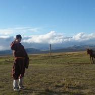 モンゴルの遊牧民の衣装を身にまとったボランティア